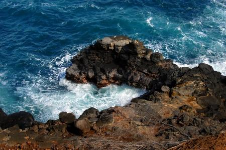 rocky point: Bianco tubo pvc sporge queste basi rocciose tubi punti sono usati per sostenere le canne da pesca, mentre la pesca da questo punto nel canale Alenuihaha al largo della Grande Isola delle Hawaii
