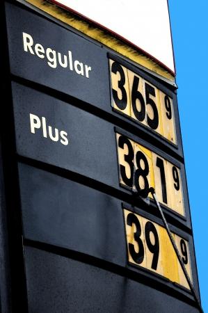 gasoline station: Stazione di benzina lavoratore cambia il prezzo del carburante Si sta mettendo il numero otto nel prezzo del carburante sul loro segno Archivio Fotografico