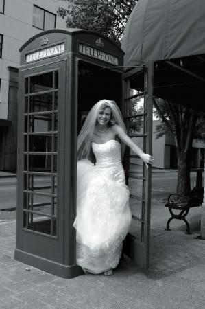salidas de emergencia: Salidas de novia cabina telefónica antiguo centro de la ciudad en la esquina Ella ha hecho una llamada de emergencia