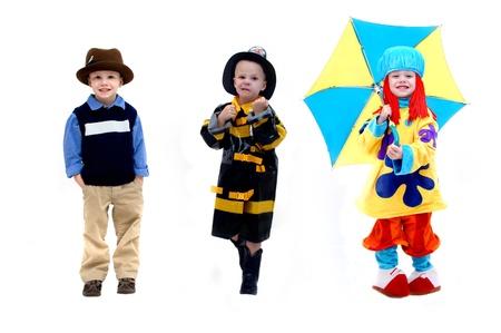 Triple beeld van dezelfde kleine jongen toont een paar keuzes voor zijn toekomstig beroep Een stoere brandweerman toont zijn wens om behulpzaam te zijn en een vechter De clown staat voor zijn ambitie om een acteur of in de entertainment industrie Stockfoto