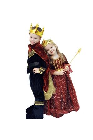 왕: 두 개의 작은 아이들은 할로윈 의상 스타일링 스톡 사진