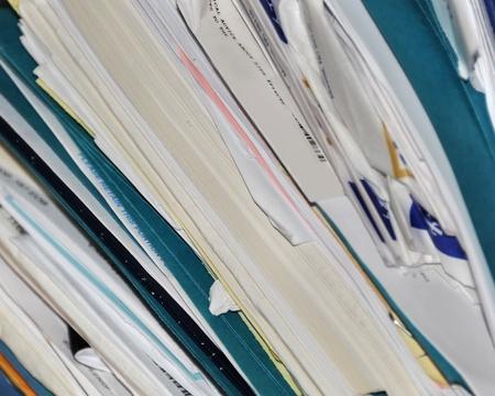 처방전 서류, 의료 기록 및 폴더 채우기 이미지 터키석 색 파일 폴더는 많은 레코드 스택과 섞여 있습니다. 스톡 콘텐츠