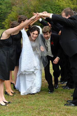 agachado: asistentes de la boda forman línea de guante y de la novia y el novio de baile por debajo de sus manos unidas boda ha terminado y la celebración ha comenzado