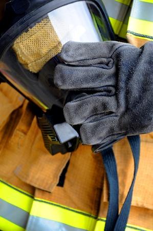소방관 보호 된 가스 마스크를 낀 손에 보유하고있다. 스톡 콘텐츠