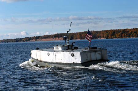 encrespado: Buque pesquero r�stico, llamado localmente el Submarino Finish, los motores a trav�s de las agitadas aguas del lago Superior cerca de la entrada sur del Canal de Portage.