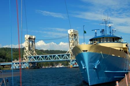 royale: El MV guardabosques III se sienta en el muelle de la ciudad de Houghton, Michigan. Ship pertenece a la Direcci�n del Parque Nacional y ofrece servicio de transporte al Parque Nacional Isle Royale. Portage Lake Lift Bridge est� en el fondo. Foto de archivo