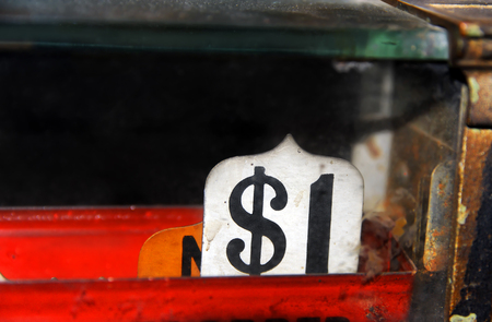 cash money: Muestra antigua caja registradora lee un dólar. El óxido y la suciedad se acumula en el metal y el vidrio el cuerpo de registro.