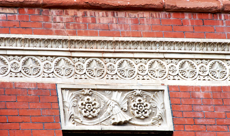 friso: Elaborate frieze adds to the beauty of the historic Douglas Hotel, a landmark, in Houghton, Michigan.  Building is composed of red sandstone brick. Foto de archivo