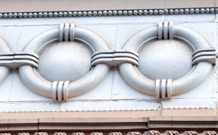 friso: Histórico Douglas Hotel, un lugar de interés, en Houghton Michigan tiene muchos diseños arquitectónicos elaborados. Este diseño del círculo es parte de muchos elementos del friso en su arquitectura.