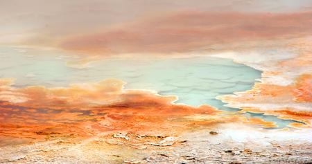 蒸しプール パレット温泉間欠泉盆地イエローストーン国立公園内での一部であります。 プールは、青い水を持っています。