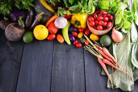 Verduras frescas en madera, Fondo de alimentos. Foto de archivo