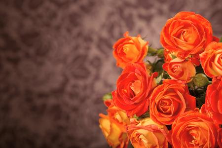 rosas naranjas: Rosas de color naranja sobre la mesa de cristal con espacio de copia