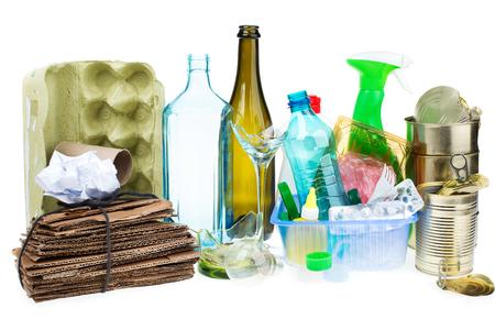 Une sélection de déchets pour recyclage. Métal isolé, plastique, papier et verre sur fond blanc Banque d'images