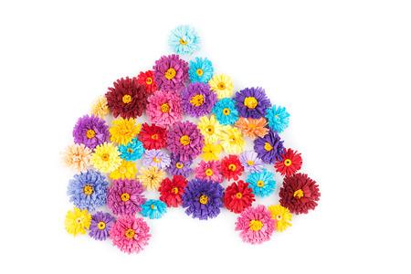 techniek: Kleine, kleurrijke papieren bloemen gemaakt met quilling techniek op een witte achtergrond Stockfoto