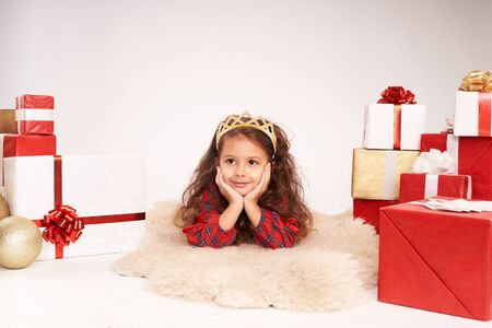 little girl surrounded by New Years gifts 版權商用圖片