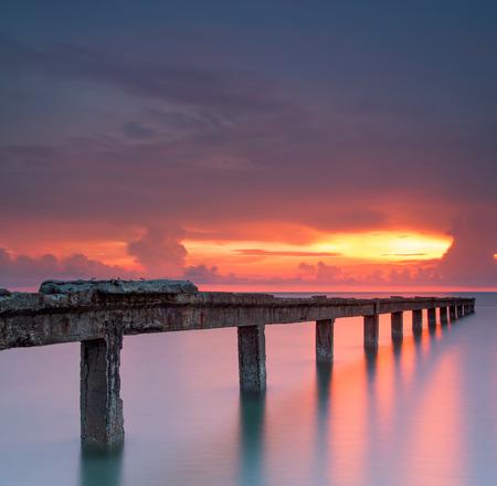 cielo y mar: Hermoso amanecer y el puente de piedra