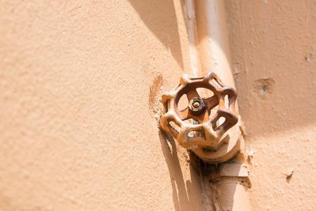 cañerías: Válvula vieja, fontanería con tuberías