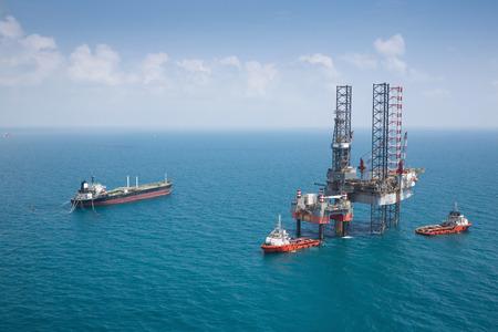 world energy: Offshore oil rig drilling platform Stock Photo