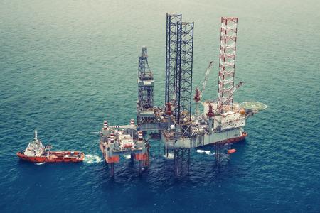 pozo petrolero: Plataforma petrolera costa afuera de perforación platformcolor tone0 Foto de archivo