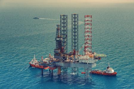 pozo petrolero: La plataforma petrolera costa afuera en el golfo de Tailandia Foto de archivo