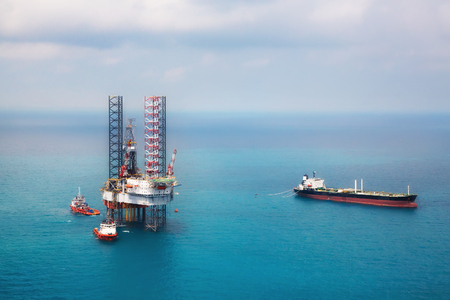 Image of oil platform while cloudless day in the gulf 版權商用圖片
