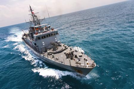 navires de la marine militaire dans une baie de la mer