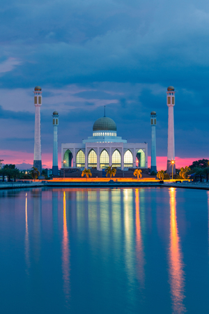 Paysage avec mosquée en Thaïlande, beau coucher de soleil avant la tempête
