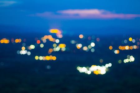 Das Bokeh der hellen Häuser, wenn man von einem hohen Gipfel am Abend aus betrachtet.
