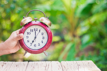 Use the red alarm clock handles to see the time in the morning.With a green background, orange, warm