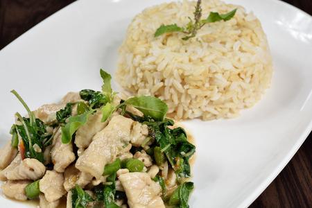 Heet en kruidig gebakken varkensvlees met Thaise Organic Brown Rice. Stockfoto