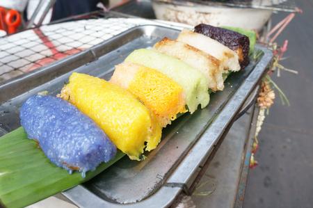 Close-upschot van geroosterde kleverige rijst op de straat van Bangkok Stockfoto