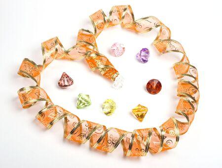 joyas de oro: Cinta dorada como coraz�n. Aislado. Joyer�a tambi�n