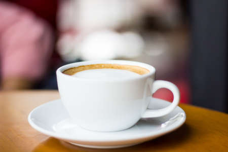 capuchino: cappuccino en la taza blanca