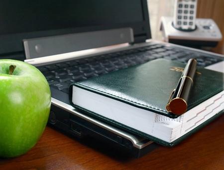 Bureau à la maison avec un planificateur portable et tous les jours sur le Bureau      Banque d'images - 8894811