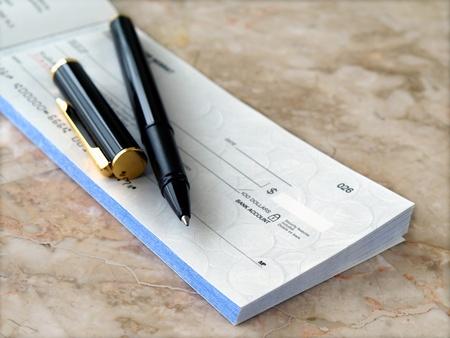Chèque en blanc avec pen sur la table    Banque d'images - 8957044