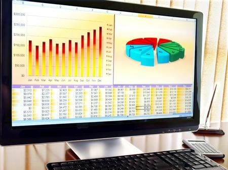Ordinateur avec des données financières et des graphiques sur l'écran dans le bureau Banque d'images - 9293893