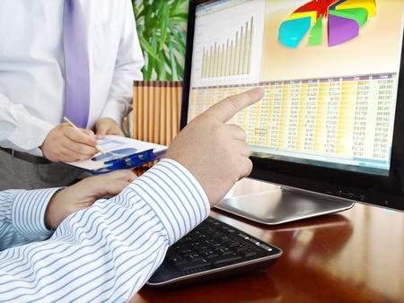 Analyse der finanziellen Daten und Grafiken auf dem Bildschirm. Standard-Bild