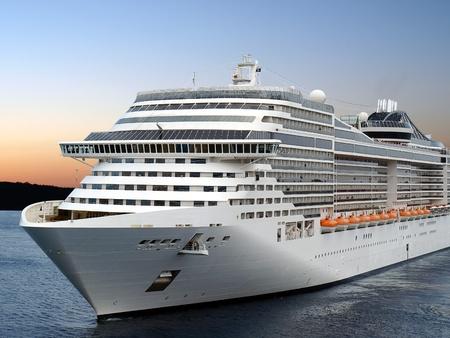 Luxury cruise Schiffs von Port nach Sonnenaufgang.   Standard-Bild