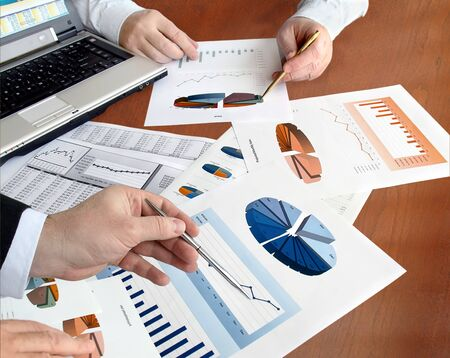 Gros plan des mains avec des graphiques financiers lors de la réunion d'affaires dans le bureau. Banque d'images - 10098735