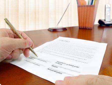 Main masculine avec stylo signer un contrat.  Banque d'images - 10213699