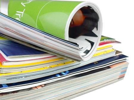 Vele kleurrijke magazines op de witte achtergrond. Stockfoto