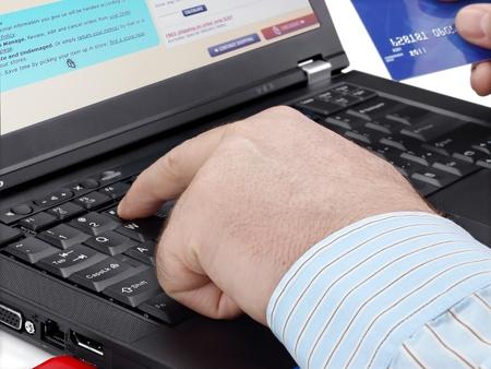 cuenta bancaria: Hombre de negocios con tarjeta de crédito que usa el ordenador para su compra en línea
