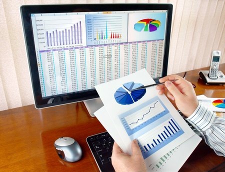 Businessman analyzing investment charts at his workplace Banque d'images