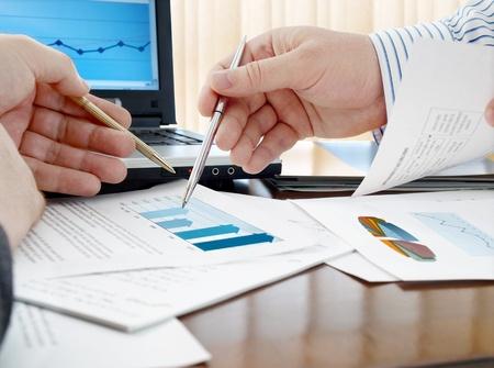Gros plan des mains avec des stylos plus de vente à domicile la carte Banque d'images - 12204985