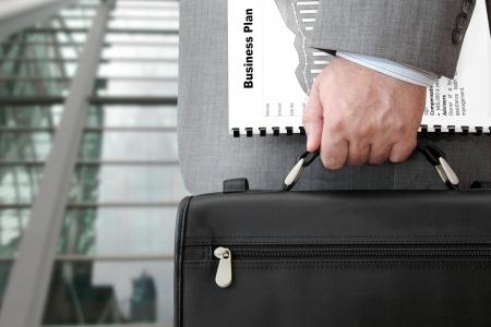 Zakenman met Business Plan en Briefcase Klaar voor Meeting