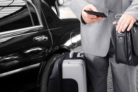 taxi: Viajeros de negocios con su equipaje utilizando teléfono