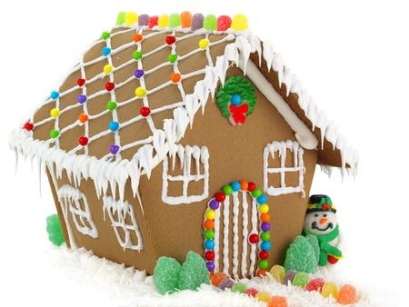 casita de dulces: Casa de pan de jengibre y mu�eco de nieve en el fondo blanco