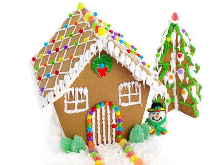 casita de dulces: Casa de pan de jengibre y el árbol de navidad en el fondo blanco Foto de archivo