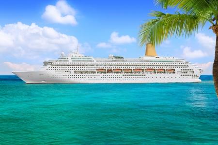 高級クルーズ船の港から航海 写真素材