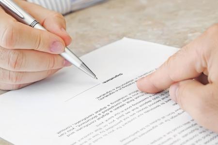 firmando: La firma de un documento en la Oficina Foto de archivo